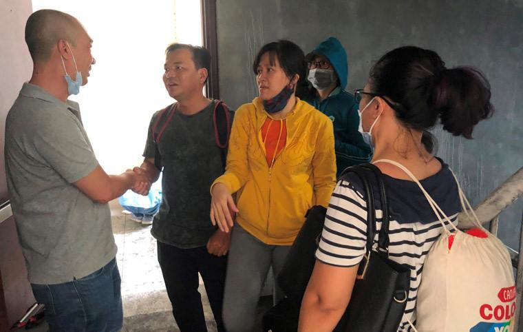 Các cư dân gặp lại nhau sau vụ hỏa hoạn trong sự nghẹn ngào, mừng vì họ còn sống nhưng cũng chia sẻ nỗi đau với những nạn nhân vốn là hàng xóm không được may mắn.
