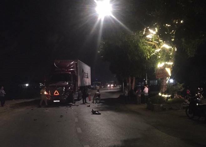 Hiện trường vụ va chạm giữa xe máy và xe container tại TL295 qua huyện Tiên Du, Bắc Ninh khiến ba bố con thương vong.