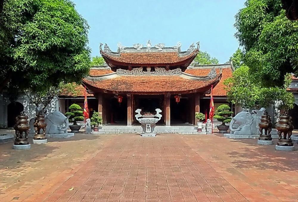 Chính điện đền Đô thờ vua Lý Thái Tổ có hai chú voi nằm phủ phục hai bên. (Ảnh: Ngo Minh Truc)