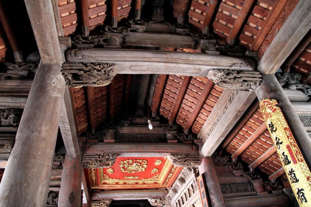 Kiến trúc bên trong đình làng Đình Bảng. (Ảnh: chanphom.com)