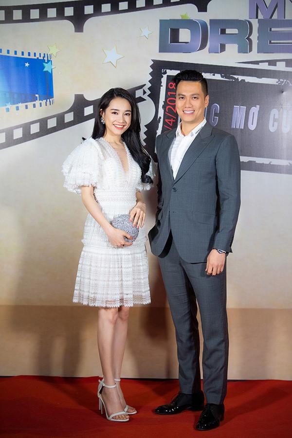 Nhã Phương và Việt Anh cùng ngồi ghế giám khảo tại một cuộc thi. Cô vừa xuất hiện trên sóng trực tiếp vào tối 7/4.