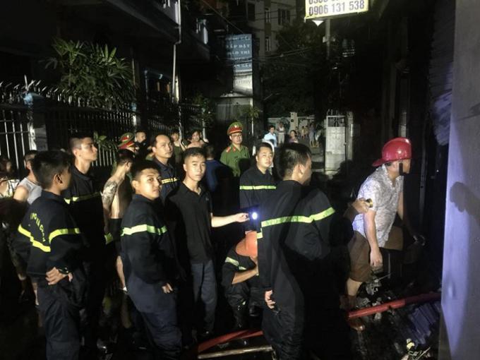 Hàng chục chiến sỹ Cảnh sát PCCC được huy động để dập tắt đám cháy.