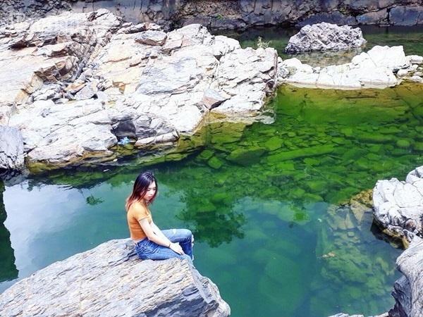 Hồ nước khá rộng với nhiều phiến đá màu nâu đen, có thể xuống tắm nhưng không nên đi xa khỏi bãi đá để đảm bảo an toàn.
