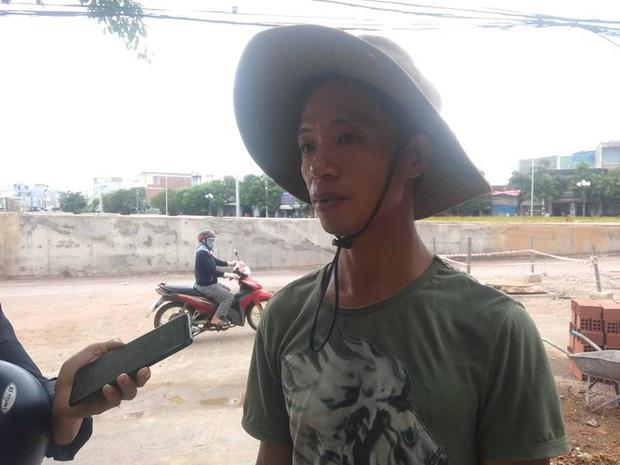 Anh Nguyễn Văn Phong, người vớt cháu bé lên kể lại sự việc. Ảnh: Tr.Định
