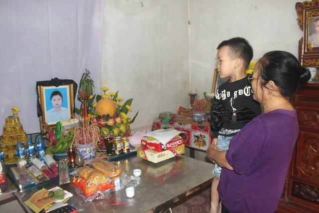 Cháu Lâm còn quá nhỏ để hiểu được sự m.ất mát khi mẹ qua đời. Ảnh: Đ.T.