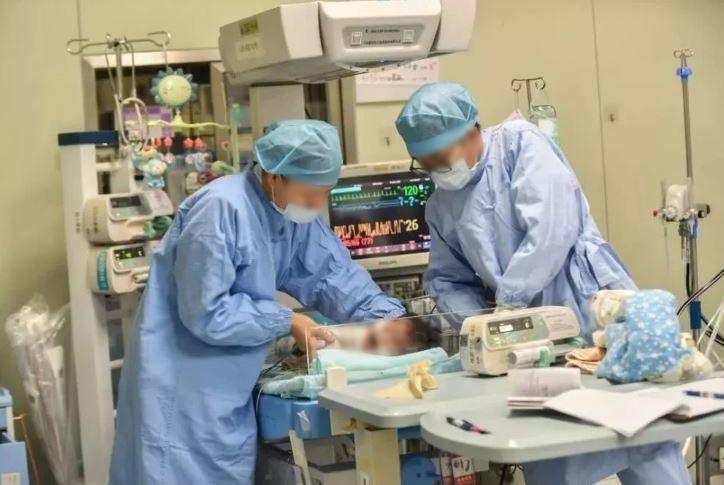 Nhận được trái tim hiến tặng, các bác sĩ lập tức tiến hành điều trị cho Rui.