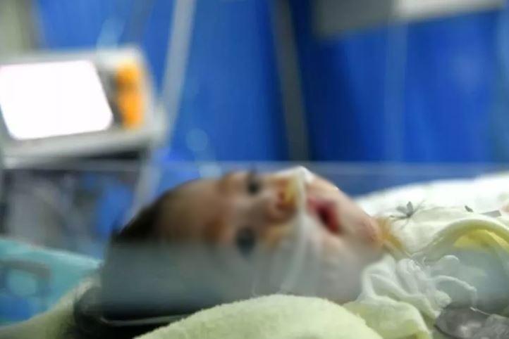 Nhìn hình ảnh con mình từng ngày chiến đấu trong lồng kính, có người mẹ nào kìm nổi nước mắt.