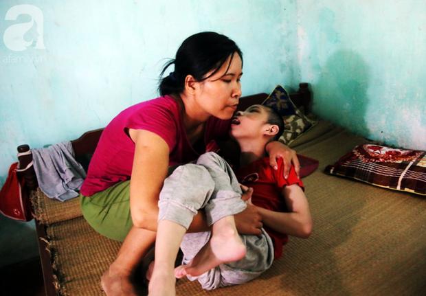 Từ khi sinh bé Tâm đã gần 10 năm, nhưng Liên chưa một ngày rời con trai mình.