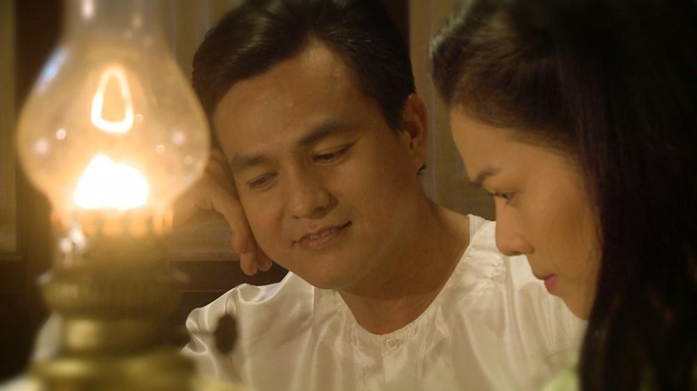 Phần đầu phim xoay quanh mối tình ngang trái giữa Khải Duy và Thị Bình.