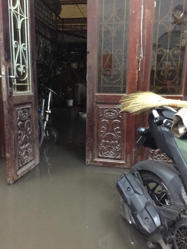 Nước mưa tràn vào tận bên trong nhà đêm 30 Tết