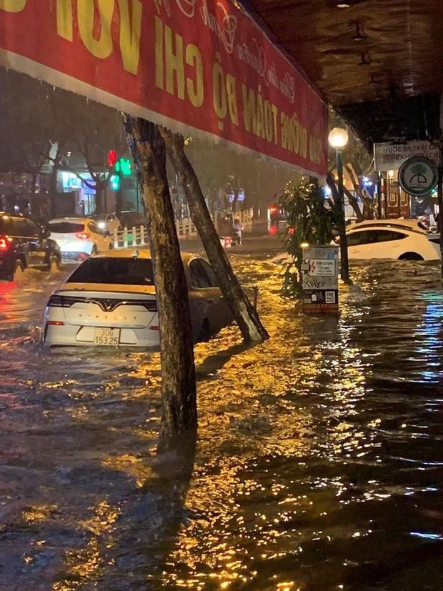 Cả tuyến phố mênh mông biển nước, một chiếc ô tô mắc kẹt trên phố