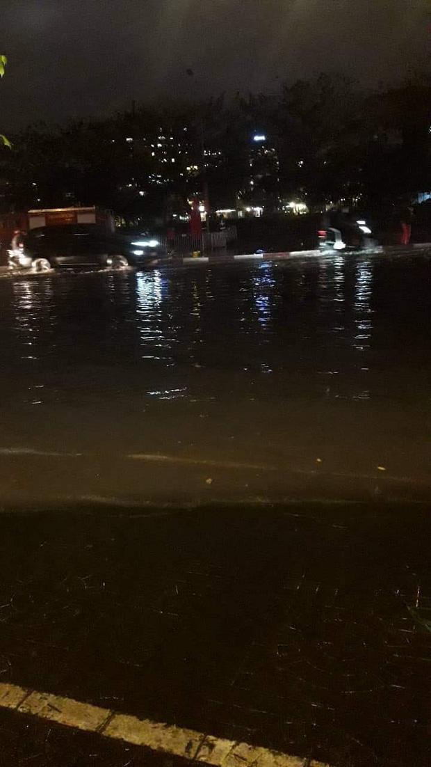 Cả tuyến phố vắng vẻ, nhìn đâu cũng thấy nước sau trận mưa lớn kinh hoàng