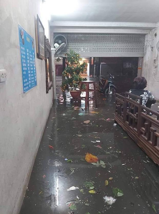 Không chỉ có nước mưa mà cả rác thải tràn vào bên trong nhà