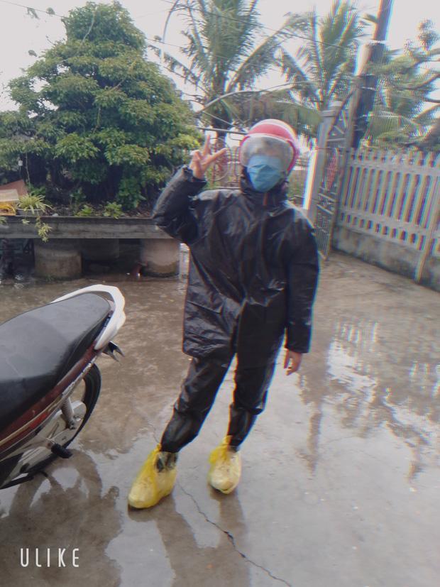 hẳng thấy những bộ quần là áo lụa đâu cả, nguyên ngày mùng 1 Tết là style áo mưa dép tổ ong làm chủ đạo