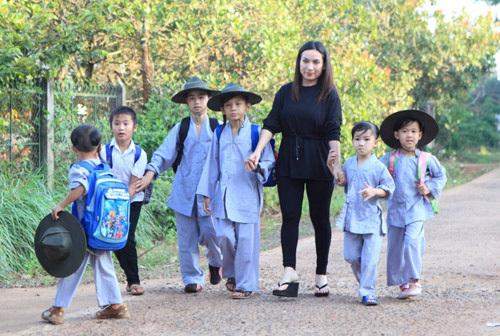Tại Việt Nam, Phi Nhung công khai rất nhiều con nuôi nhưng đến sau hơn 20 năm, cô mới quyết định nói về con ruột mình (Ảnh: FB Phi Nhung)