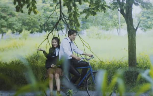 Cảnh quay để lại cho Vy nhiều ấn tượng nhất là những cảnh quay đi xe đạp dưới trời mưa. (Nguồn: NVCC)