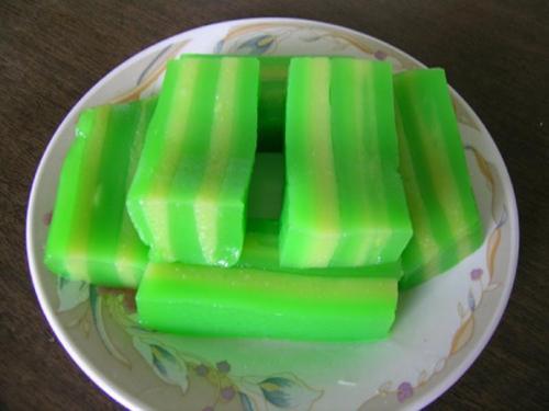 Chiếc bánh có màu sắc bắt mắt được nhuộm từ lá dứa hoặc lá cẩm, gấc hay bột nghệ. Ảnh: CanThoTV.