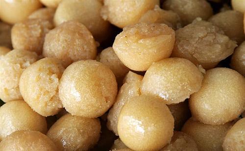 Bánh bò thốt nốt có màu vàng tự nhiên, thường được gói trong lá chuối xiêm, bên trên có lớp dừa nạo. Ảnh: dulichvn.