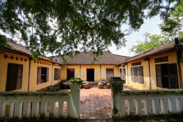 Nhà dưới dùng để bố trí phòng ngủ và vật dụng sinh hoạt của gia đình. Phần sau là hai dãy nhà bếp với một sân trong của ngôi nhà.