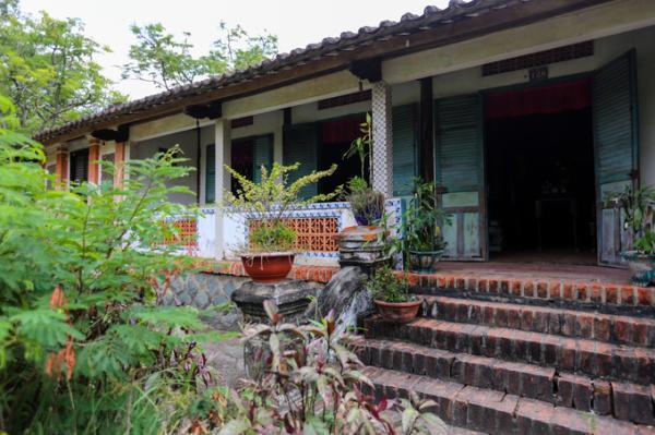 Việc xây dựng và trang trí nội thất ngôi nhà do nhóm thợ từ làng Mỹ Xuyên – làng chạm khắc mộc nổi tiếng của Huế - thực hiện trong 3 năm. Mặt chính nhà quay về hướng Đông Bắc, quanh nhà có sân rộng dùng để phơi lúa, bột.