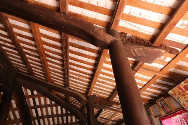 Cột và các kết cấu gỗ khác cũng như đồ dùng trong nhà được làm bằng các loại gỗ quý như cẩm lai, mật, gõ đỏ… hiện còn khá vững chãi. Từng cặp cột cái nối liền với nhau theo chiều ngang nhà và được đóng chặt bằng một thanh gỗ xuyên ngang.