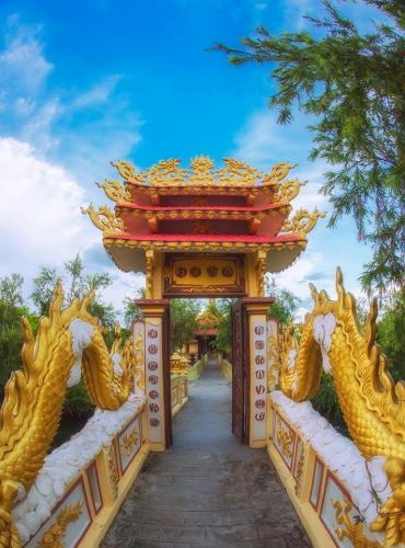 Cổng Tam quan với cặp rồng vàng chầu
