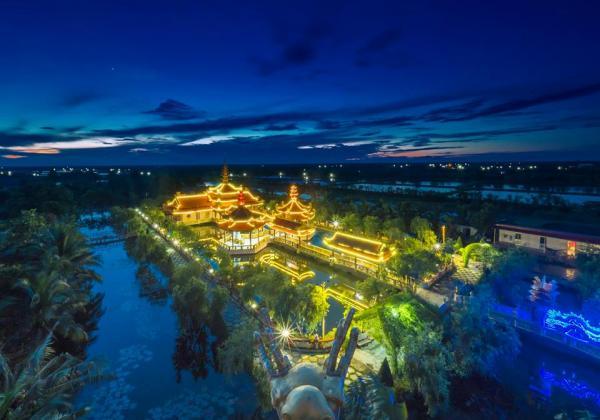 Ngôi chùa buổi tối lung linh dưới ánh đèn