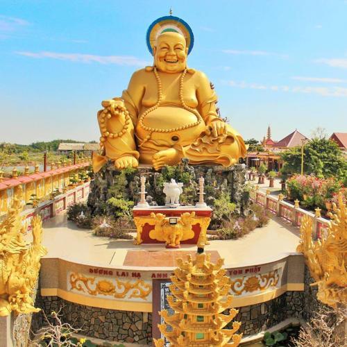 Ngôi chùa tràn ngập ánh đạo vàng làm lộng lẫy một góc trời