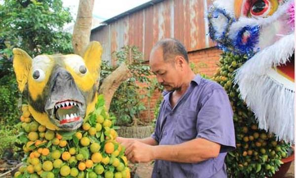 Một trong những người đã gắn bó với kiểng tạo hình phải kể đến nghệ nhân Nguyễn Văn Vị (ngụ xã Hưng Khánh Trung B, huyện Chợ Lách) với hơn 15 năm gắn bó với nghề
