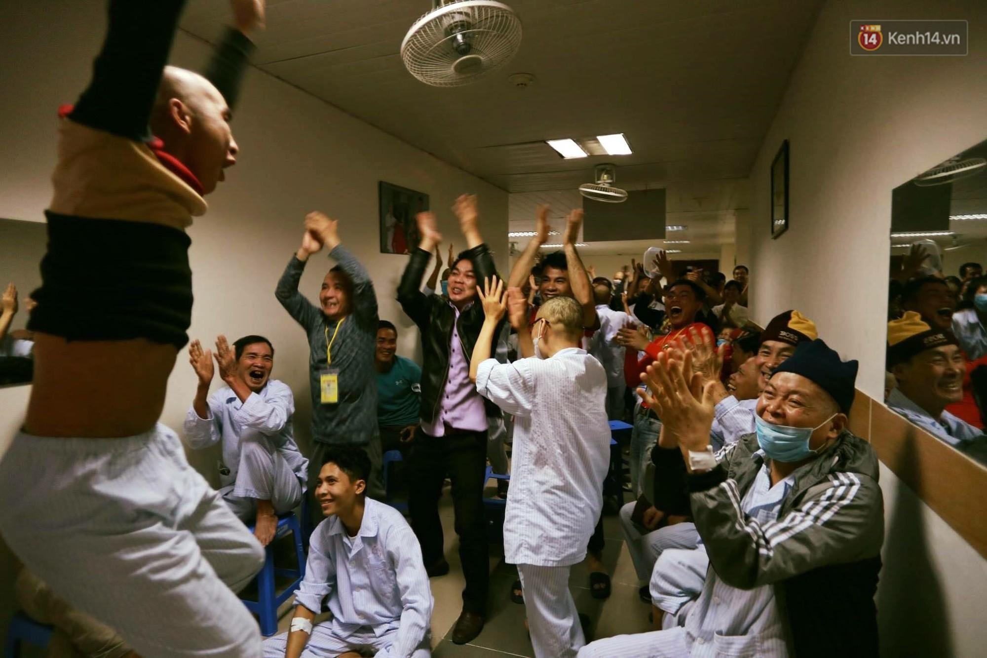 ...và cùng nhau nhảy múa, reo hò khi U23 Việt Nam ghi bàn thắng.