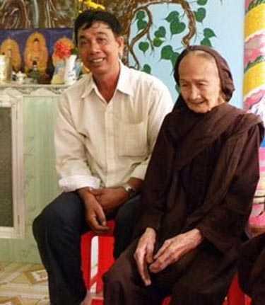 Cụ tưởng bên người cháu là ông Phạm Văn Lâm. Ảnh: Công Lý