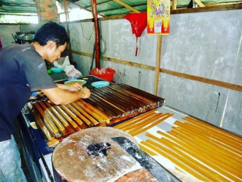 Du khách có thể vào tận xưởng xem các công đoạn làm kẹo dừa. Ảnh: @huongdo161.