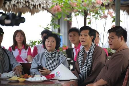 Bên cạnh dàn diễn viên trẻ như Thúy Ngân, Thanh Thức, Băng Di, Phương Hằng, ca sĩ Ôn Vĩnh Quang, hành trình về Bến Tre giao lưu cùng các khán giả còn có sự tham gia của 2 diễn viên gạo cội: NSƯT Minh Đức và nghệ sĩ Mai Huỳnh.