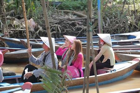Cùng ngồi trên một chiếc xuồng, 2 chị em Thúy Ngân, Phương Hằng không giấu được sự hào hứng khi được rong ruổi trên những chiếc xuồng nhỏ, ngắm cảnh miền quê sông nước yên bình.