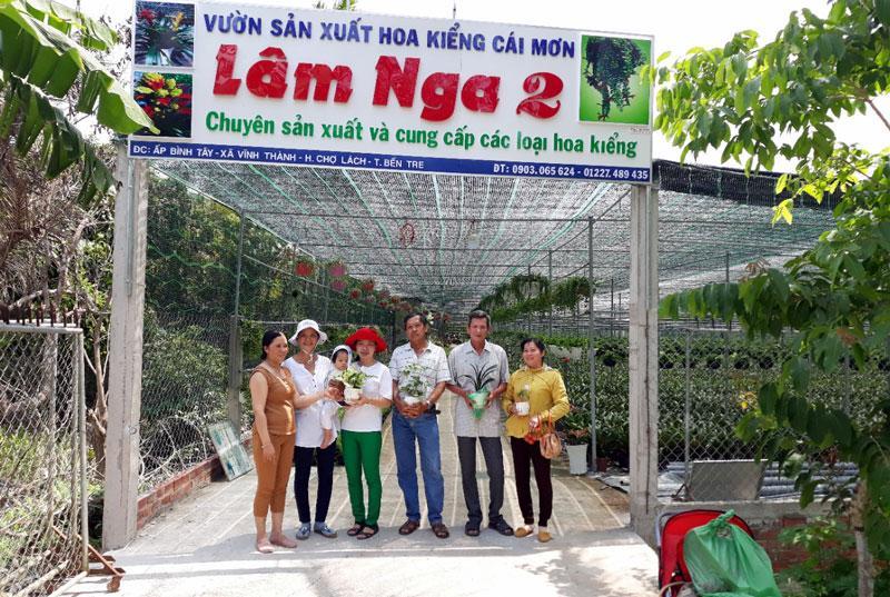Bà Nga (người thứ nhất bên trái) cùng các thành viên Câu lạc bộ Nông dân tỷ phú tại cơ sở hoa kiểng của mình.