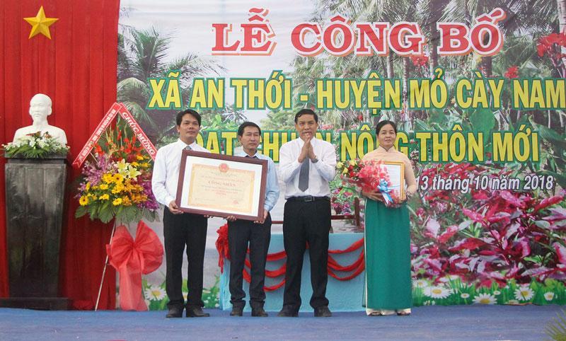 Chủ tịch UBND tỉnh Cao Văn Trọng trao quyết định công nhận xã nông thôn mới cho lãnh đạo xã An Thới. Ảnh: T. Thảo