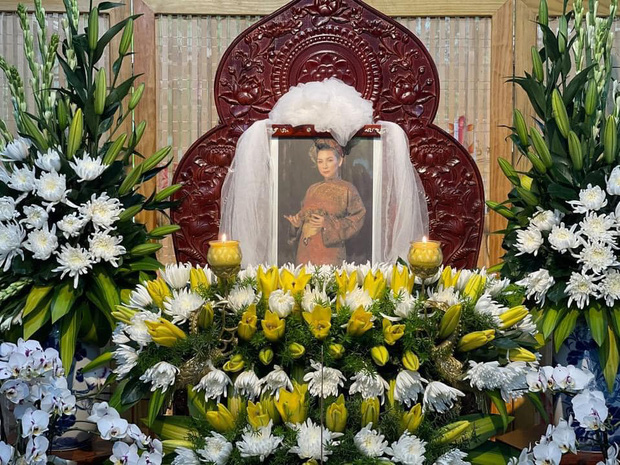 Di ảnh của ca sĩ Phi Nhung được đặt trang trọng giữa vòng hoa do người hâm mộ cắm để bày tỏ sự thương tiếc
