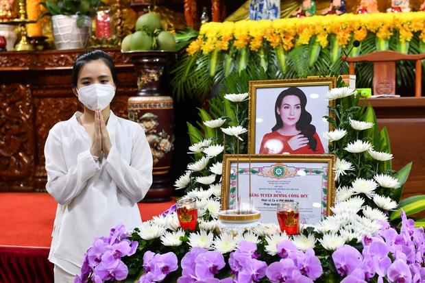 Tối ngày 28/9, tại chùa Giác Ngộ cũng đã tổ chức buổi cầu siêu và trao tặng bằng tuyên đương công đức của ca sĩ Phi Nhung trong đại dịch Covid-19