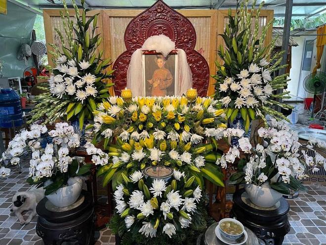 Bàn thờ của nữ ca sĩ được người hâm mộ lập và đặt ở chùa để cầu siêu mỗi ngày