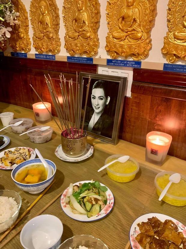 Tại Mỹ, con gái ruột cố ca sĩ cũng đặt bàn thờ của mẹ tại chùa để mong vong linh người quá cố sớm được siêu thoát
