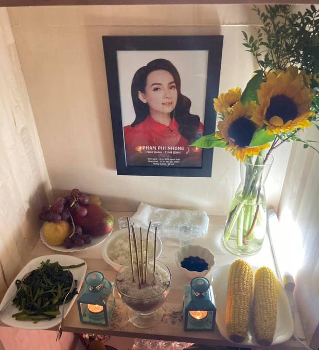 Em trai ruột cố ca sĩ lập bàn thờ ấm cúng tại nhà và đội tang tiễn đưa chị gái từ xa