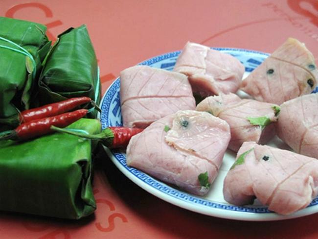 Nem chợ Huyện không ngọt như các loại nem miền Nam như Lai Vung, An Cựu mà chua chua, sần sật. Ảnh: monngonbinhdinh