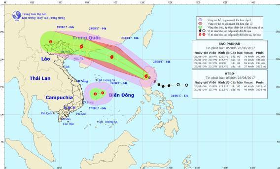 Vị trí của bão Pakhar và áp thấp nhiệt đới lúc 4 giờ sáng nay 26/8. Ảnh: NCHMF