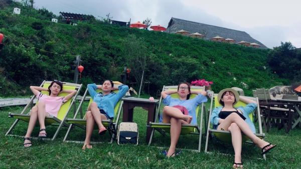 Nằm thư giãn trên những hàng ghế đủ màu với tầm mắt hướng ngay về phía biển. (Nguồn: Hoàng Thị Kim Trang)