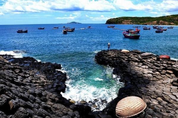 Từ ghềnh Đĩa Đá có thể phóng tầm mắt ra biển khơi bao la xanh ngắt. (Nguồn: Ngo Ngoc Anh)