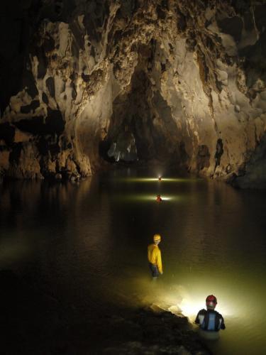 Khách du lịch khám phá Hang Tối. (Nguồn: phong-nha-homestay)