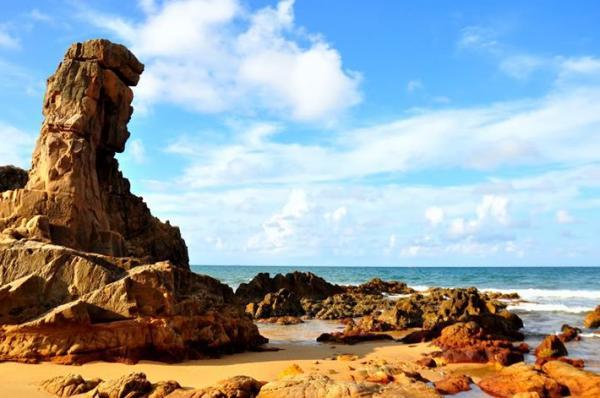 Dưới ánh nắng những tảng đá trở nên lộng lẫy lạ thường. (Nguồn: mytour.vn)