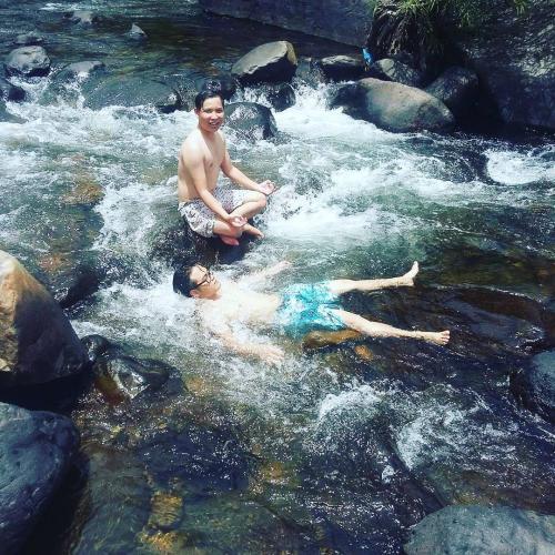 Du khách đắm mình trong làn nước trong mát. (Nguồn: raini_95)
