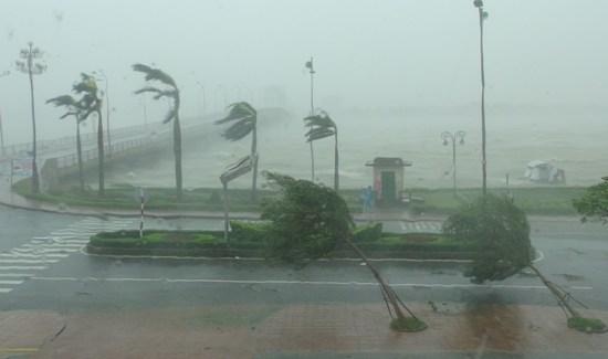 Cơn bão số 10 đổi bộ vào miền Trung. Ảnh: TTXVN