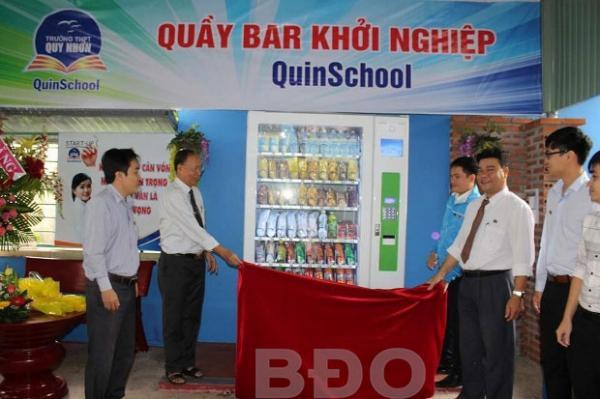 Khai trương máy bán hàng tự động tại trường THPT Quy Nhơn.